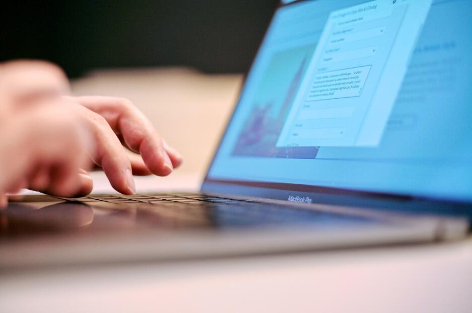 Переваги кастомної веб-розробки над готовими рішеннями